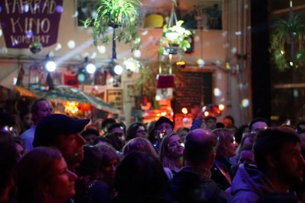 Feiernde Menschen bei kulturgrenzenlos in concert